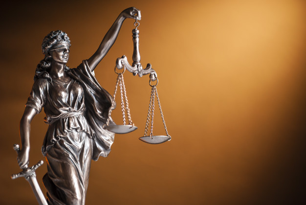 bronze-statue-justice-holding-up-scales_124595-694